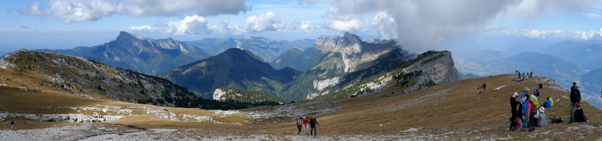 Randonneurs dans un magnifique paysage de montagnes