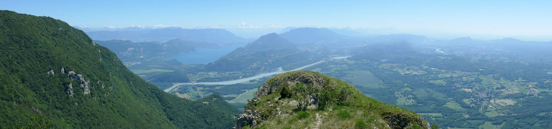 Vue en altitude de montagnes pleines de verdure