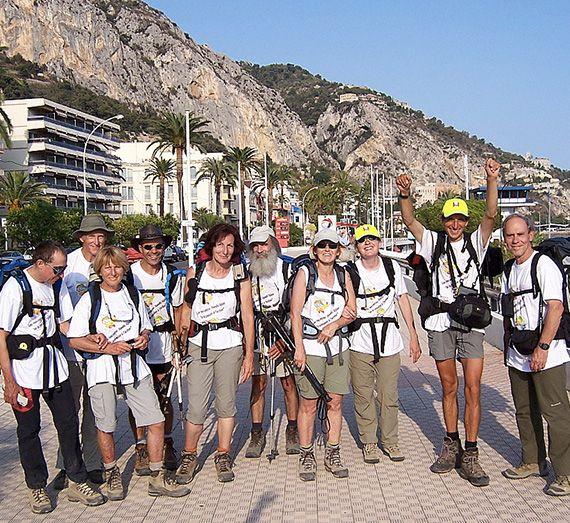Randonneurs posant devant la montagne à Mentondurant la Grande Traversée des Alpes