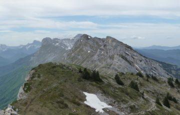 Vue sur la chaine du Vercors avec au loin le Grand Veymond et le Mont Aiguille
