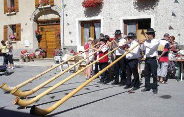 Quatre personnes jouant du cor des Alpes