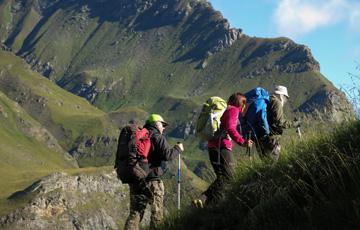 Randonnée estivale organisée par l'association GTA Handic'Alpes avec des personnes déficientes visuelles