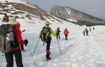 Randonnée en raquettes organisée par l'association GTA Handic'Alpes avec des personnes déficientes visuelles